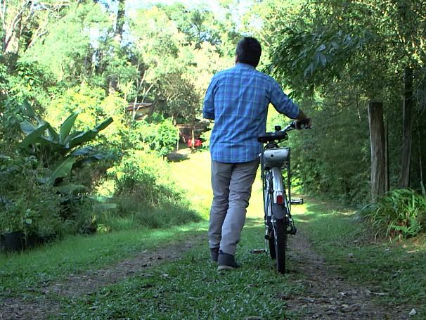 Expedições Urbanas: Renato Cunha conhece o trabalho da Dona Terezinha à frente da Associação dos Protetores de Áreas Verdes de Curitiba e Região Metropolitana; como será? (Foto: Globo)