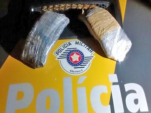 Dois tabletes de haxixe foram encontrados com a adolescente (Foto: Polícia Militar/Cedida)