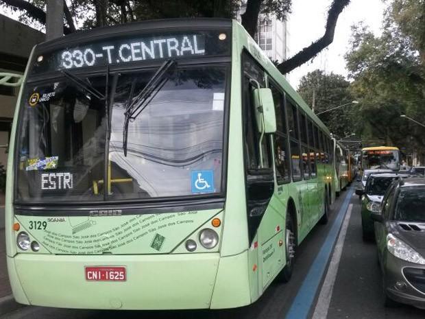 Motoristas de ônibus fazem protesto em São José dos Campos (Foto: Eduardo de Paula/ TV Vanguarda)