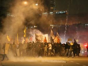 Confronto entre policiais militares e manifestantes na Marginal do Pinheiros, na zona oeste de São Paulo (Foto: TIAGO QUEIROZ/ESTADÃO CONTEÚDO)