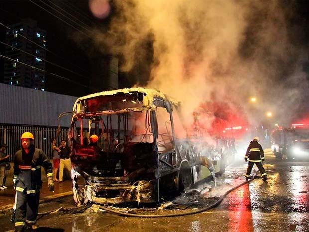 Ônibus incendiado na Av. Bernardo Vieira, ao lado do shopping Midway Mall (Foto: Canindé Soares/Cedida)