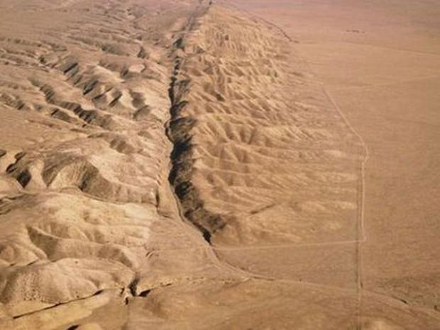 A falha de San Andreas se estende do norte a sul da Califórnia ao longo de 1.300 quilômetros (Foto: BBC/SPL)