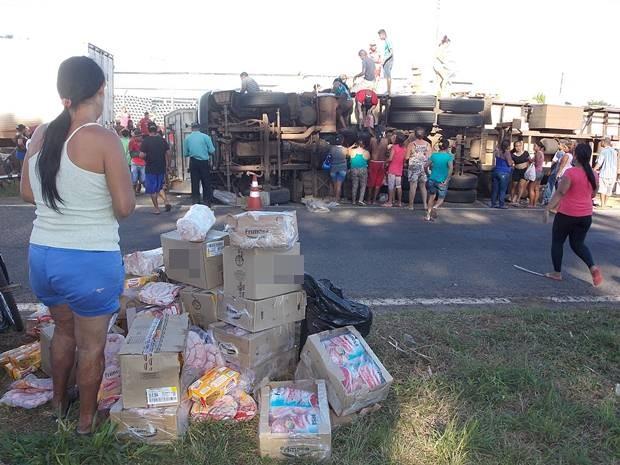 Cerca de 300 pessoas saquearam caminhão de carne  (Foto: Rafael Machi / Diário de Penápolis)
