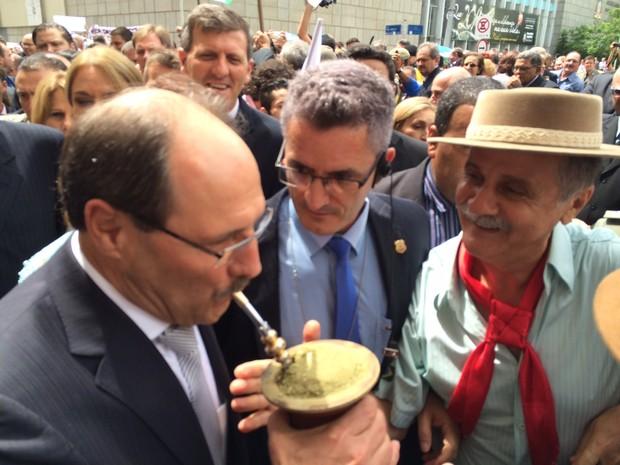 José Ivo Sartori chimarrão posse governo RS (Foto: Estêvão Pires/G1)