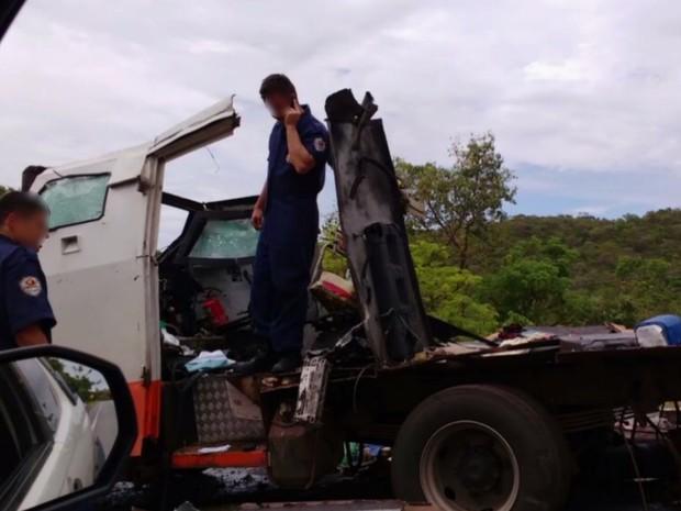 Criminosos explodem carro-forte na GO-241, em Campinaçu, em Goiás (Foto: Reprodução/TV Anhanguera)