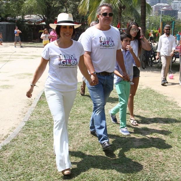 Gloria Pires e Orlando Morais chegam de mãos dadas a evento (Foto: Anderson Borde/AgNews)