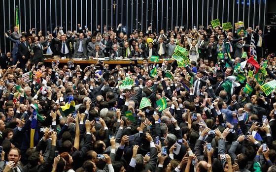 Plenário da Cãmara no dia 17.04, durante votação do processo de impeachment. Deputados comemoram a vitória do SIM a favor do processo. (Foto: Sergio Lima/ Época)