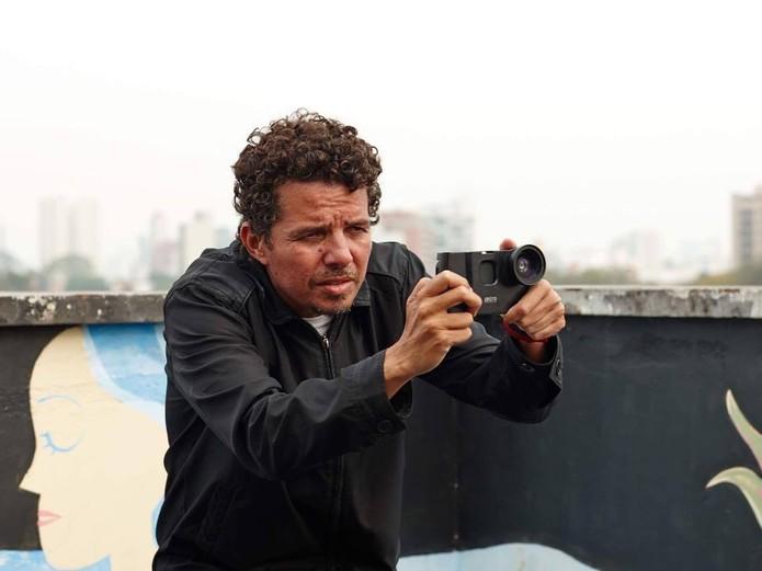 O diretor utilizou o grip da ALM para evitar esbarrões e imagens tremidas (Foto: Divulgação/Raul Raichtaler)