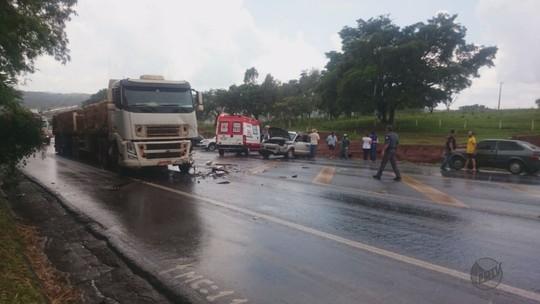 Colisão entre carro e carreta mata 2  estudantes em Patrocínio Paulista, SP