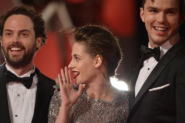 A partir da esquerda: o diretor Drake Doremos, a atriz Kristen Stewart e o ator Nicholas Hoult apresentam 'Equals' no Festival de Veneza neste sábado (5) (Foto: Tiziana Fabi/AFP)