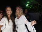 De pernas de fora, Carla Perez e a filha curtem show do Harmonia do Samba