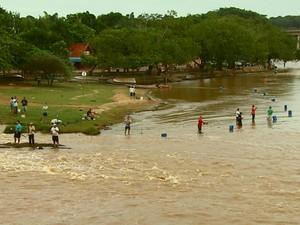 Com o fim da piracema, pescadores voltaram ao Rio Mogi Guaçu (Foto: Paulo Chiari/EPTV)