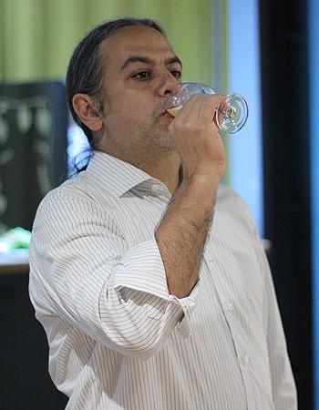 O sommelier Rene Aduan ensinou como degustar diferentes tipos de cerveja (Foto: Cristiane Senna/Editora Globo)