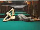 Sheron Menezzes posa sensualizando em mesa de sinuca