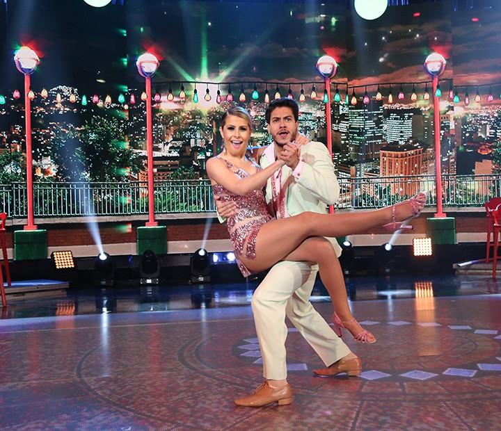 Arthur e Mayara em apresentação de samba do 'Dança dos Famosos' (Foto: Carol Caminha/Gshow)