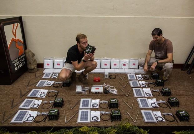 Dr. Guillermo Caravantes (direita), vulcanologista chefe da expedição, inspeciona os sensores (Foto: GE Reports/Qwake)