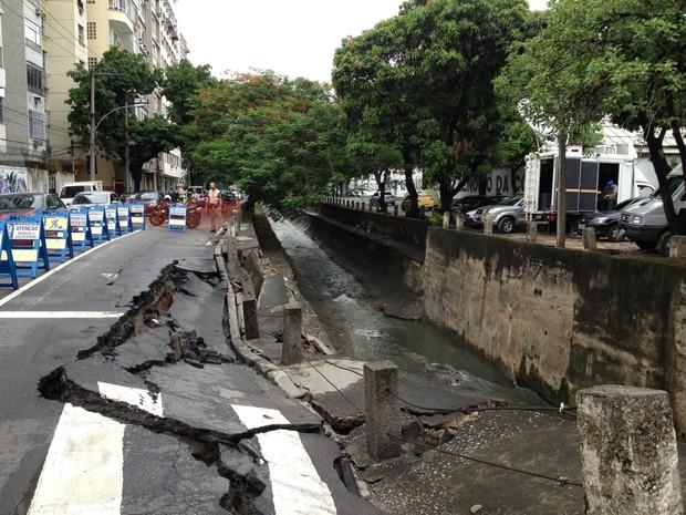 Asfalto rachou na Avenida Maracanã, na Tijuca, Zona Norte do Rio (Foto: Susan Vidinhas/ G1)