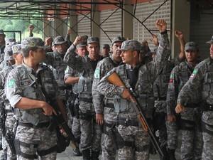 Agentes da Força Nacional de Segurança do Exército desembarcaram no Recife  (Foto: Guga Matos/ Estadão Conteúdo)