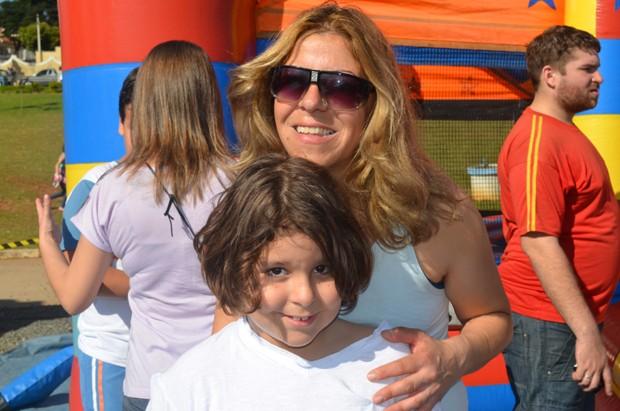 Silvana Valvassori incentiva o filho Itallo a praticar caminhadas diárias (Foto: Fabiana de Paula / EPTV)