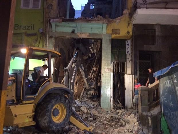 Retroescavadeiras retiram escombros de prédio que desabou  (Foto: Janaína Carvalho / G1)