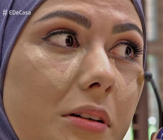 Mag Halat passa iluminador em formato de triângulo abaixo dos olhos (Foto: TV Globo)