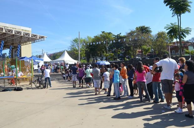 O público formou uma imensa fila para tirar uma foto ao lado de Zeca Camargo em Campinas (Foto: Fabiana de Paula / EPTV)