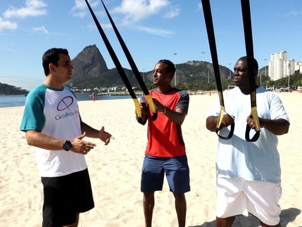 Alexandre Henderson e Gilsinho praticam o treinamento funcional na Praia de Botafogo (RJ) (Foto: Globo)