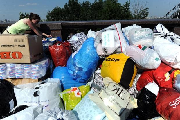 Russos organizam doações em Moscou para vítimas das inundações no sul do país, neste domingo (8) (Foto: Andrey Smirnov / AFP)