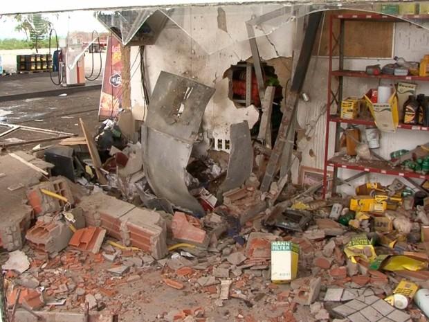 Espaçop onde caixa estav a instalado ficou destruído após explosão provocada por grupo na Bahia (Foto: Imagens/ Tv Sudoeste)