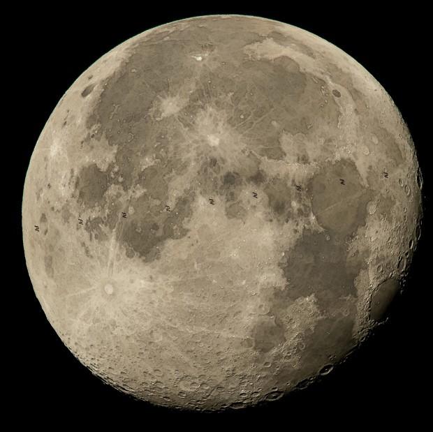 Montagem feita com 9 frames mostra movimento de Estação Espacial Internacional em frente à Lua  (Foto: NASA/Bill Ingalls)