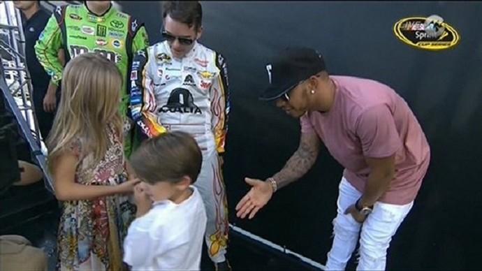 Lewis Hamilton fica no vácuo ao brincar com filhos de Jeff Gordon (Foto: Reprodução)
