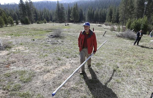 Frank Gehrke, do departamento de recursos hídricos da Califórnia, carrega um medidor de neve (Foto: Rich Pedroncelli/AP)