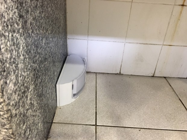 Porta sabonete quebrado estava jogado no chão (Foto: Fernanda Rouvenat / G1)