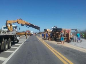 PRF precisou interromper a rodovia BR-428 em Petrolina para destombar caminhão (Foto: Divulgação/Polícia Rodoviária Federal)