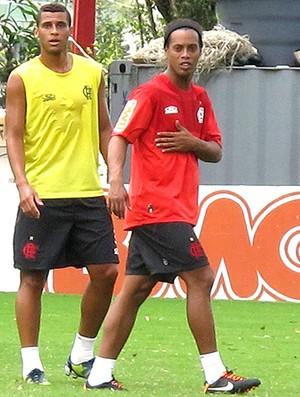 Ronaldinho Gaúcho no treino do Flamengo com a mão na costela (Foto: Richard Souza / Globoesporte.com)