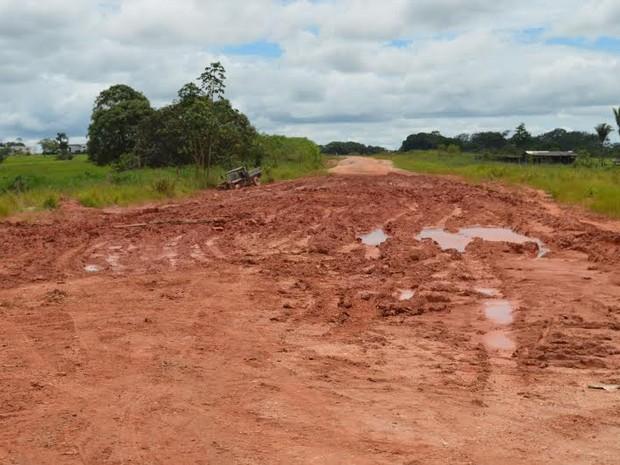 Atoleiro dificulta o trânsito de veículos pela região (Foto: Roger Henrique/G1)
