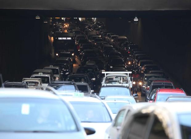 Um acidente envolvendo um caminhão na saída do Túnel do Anhangabaú em 24 de agosto complicou bastante o fluxo de carros no local (Foto: Luiz Guarnieri/Brazil Photo Press/Folhapress)