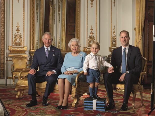 Príncipe Charles, Rainha Elizabeth II, Prícinpe Geogre e Príncipe William (Foto: The British Monarchy/Reprodução)