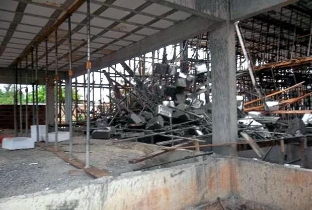 Parte da estrutura da laje desabou sobre três pessoas no Centro Estadual de Educação Tecnológica de Mossoró (Foto: Marcelino Neto/G1)