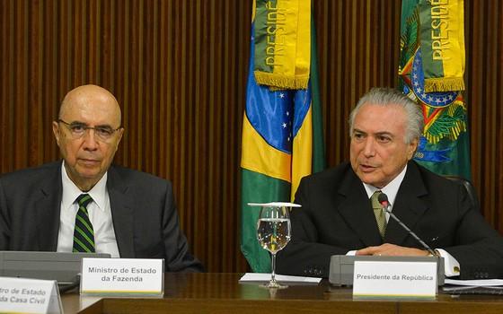 Henrique Meirelles e Michel Temer durante anúncio das primeiras medidas econômicas (Foto: José Cruz/Agência Brasil)