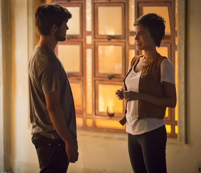 Leila convida Jonatas para passar a noite com ela (Foto: Fabiano Battaglin/Gshow)