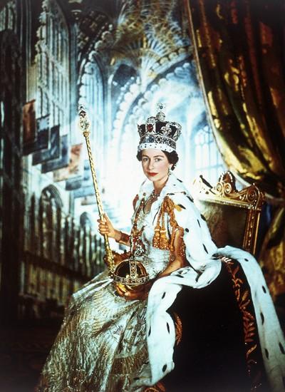 Imortalizada pelo fotógrafo Cecil Beaton em sua coroação, em 1953 (Foto: Reprodução)