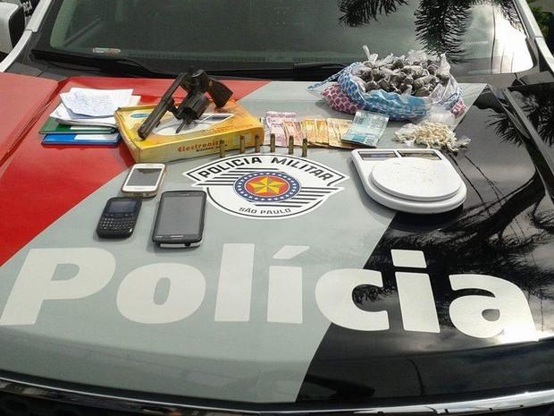 Material ilícito foi apreendido na casa do suspeito em Mogi  (Foto: Polícia Militar / Divulgação)