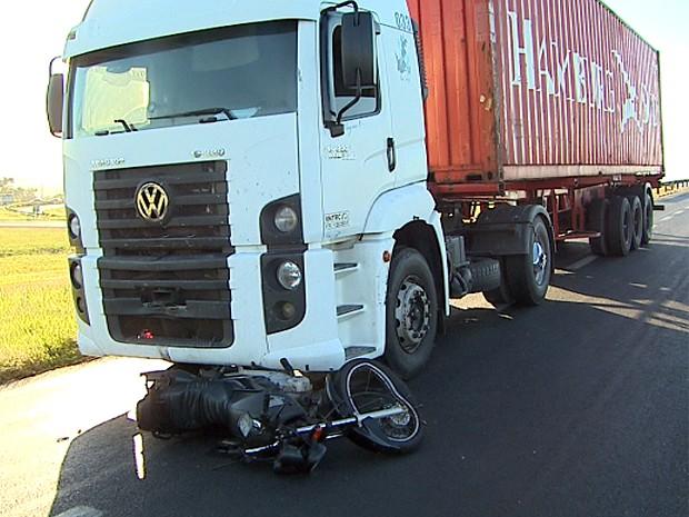 Motociclista foi arrastado por alguns metros após ser atingido por caminhão na Rodovia Anhanguera em Ribeirão Preto (Foto: Paulo Souza/EPTV)