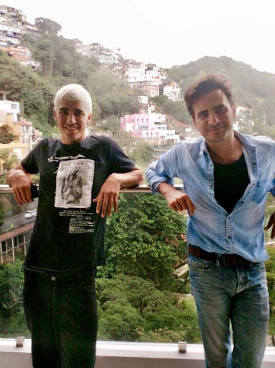 Pietro Baltazar e Sergio Kamalakian posam num dos intervalos da primeira grande campanha do modelo  (Foto: Divulgação)