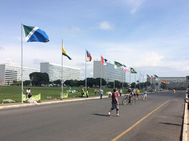 Faixas instaladas na Alameda dos Estados, em frente ao Congresso Nacional, pedem saída da presidente Dilma Rousseff (Foto: Filipe Matoso/G1)