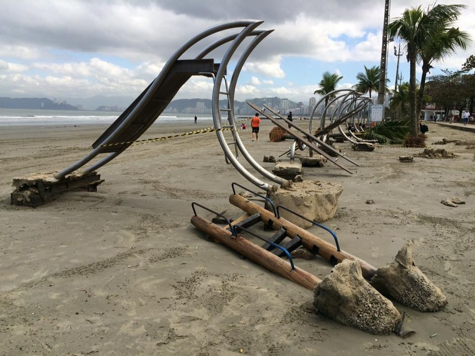 Ressaca deixa marcas na orla da praia (Foto: Solange Freitas)