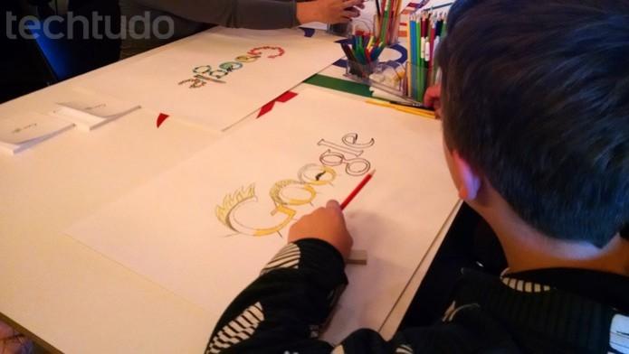 Garoto desenha as letras do Google como Neymar, David Luiz e Fred, respectivamente (Foto: TechTudo/Renato Bazan)