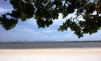 O lago Caracaranã é emoldurado por cajueiros nativos e serras (Neidiana Oliveira/G1)