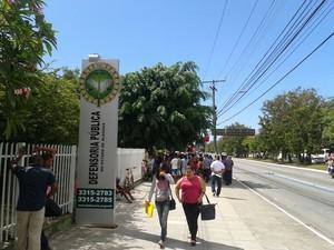Uma aglomeração de pessoas foi formada na frente da defensoria, no bairro da Gruta (Foto: Luis Vitor Melo/Arquivo Pessoal)